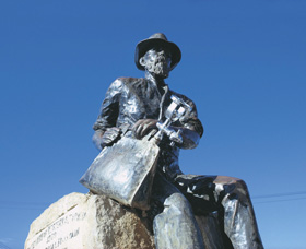 Paddy Hannans Statue - Accommodation NT