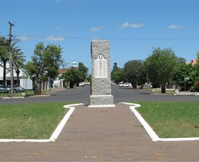 War Memorial and Heroes Avenue - Accommodation NT