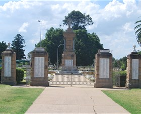 Warwick War Memorial and Gates - Accommodation NT